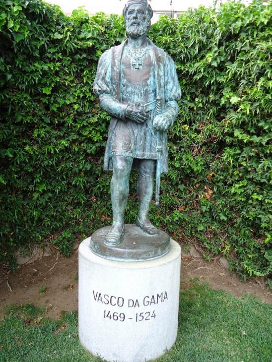 Памятник у входа в аквариум Васка да Гамы, в пригороде Лиссабона