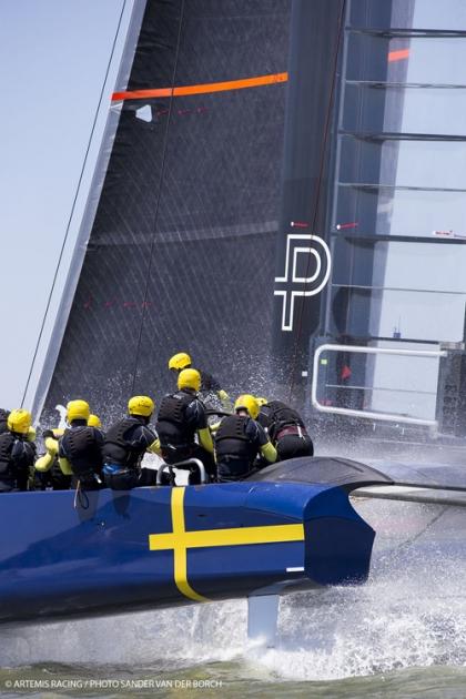 К экипировке яхтсменов относятся ответственно! Шведы на своем АС 72.