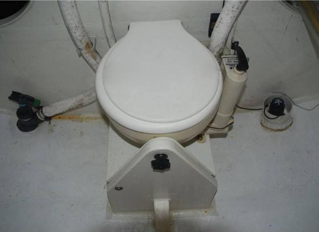 Так на яхте Class 40 выглядит туалет. Не слишком презентабельно, но на Open 60 нет и такого.