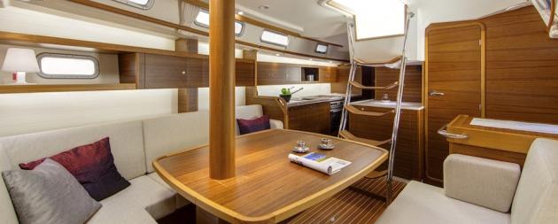 Салон C-Yachts C 12.50. Тиковая отделка делает интерьер очень уютным.