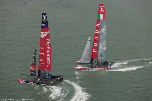 Катамараны АС 72 Emirates Team New Zealand и Luna Rossa гоняются в рамках Louis Vuitton Cup.