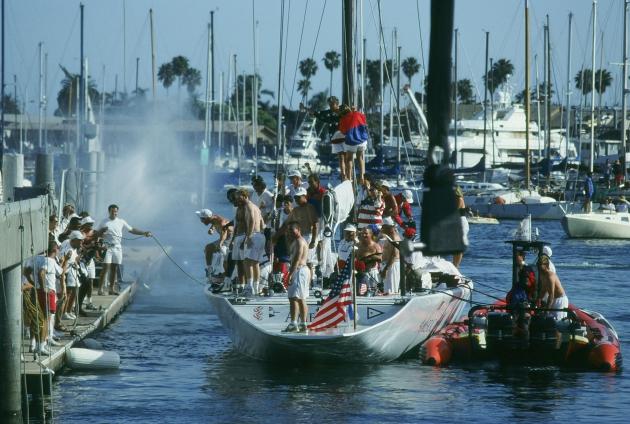 1992 год, американцы из яхт-клуба Сан-Диего радуются победе в Кубке Америки.