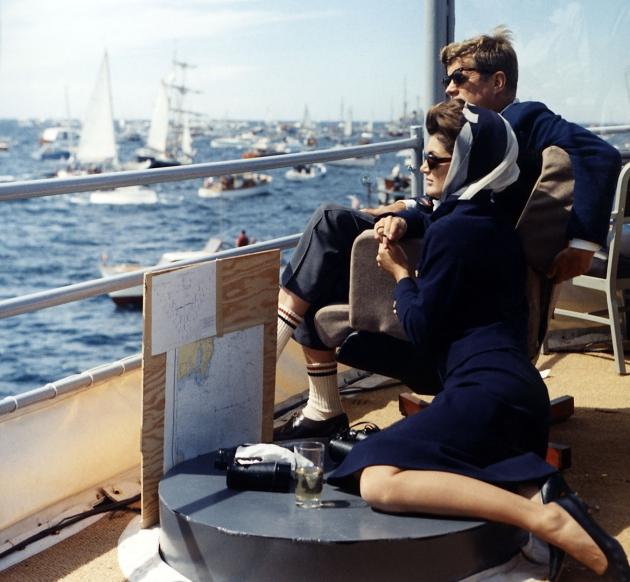 Президент США Джон Кеннеди с женой на Кубке Америки, 1962 год.