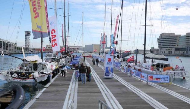 Яхты у причала в Барселоне до начал гонки.