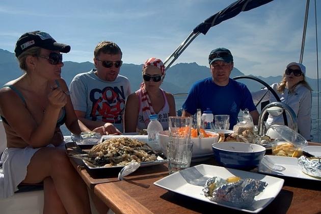 Неплохо перекусить можно прямо на борту яхты.