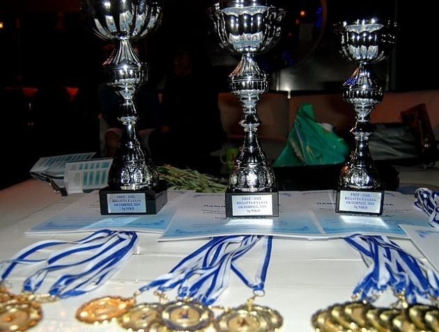 Кубки и медали вручают победителям уже в Афинах.