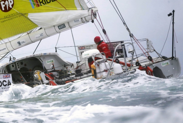 Британка Саманта Дэвис на борту яхты Open 60 во время регаты Vendee Globe.