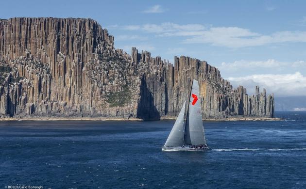 Wild Oats XI идет вдоль удивительно красивых берегов Тасмании.