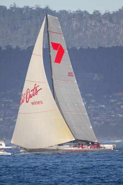 Знаменитая яхта Wild Oats XI финиширует в регате 2011 года.
