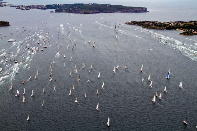 На старте яхты сопровождает огромный зрительский флот.