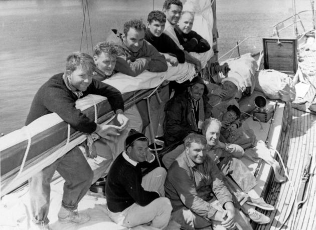 Экипаж яхты Ilina, 60-е гг.. Третий слева в верхнем ряду - будущий медиамагнат Руперт Мердок.