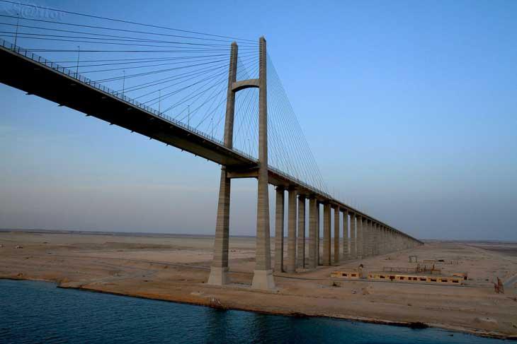 Опоры моста стилизованы под древнеегипетские обелиски