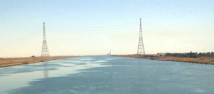Линия электропередач над Суэцким каналом. Высота каждой башни - 221 метр