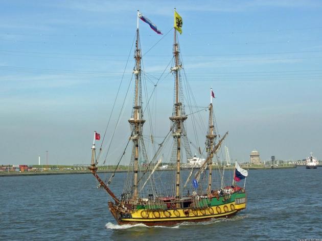 Благодаря двигателю корабль может идти не только под парусами.