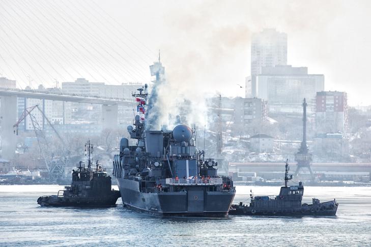 Буксиры около ракетного крейсера Варяг. Седов ошвартовался во Владивостоке, 28 января 2013
