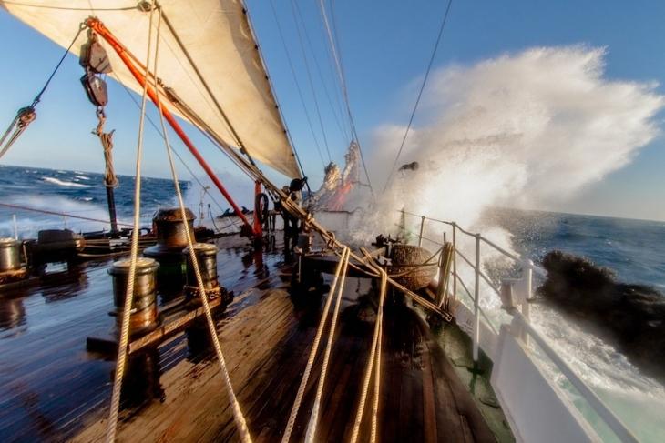 Свежий ветер и небольшое волнение - отличная погода для парусника!