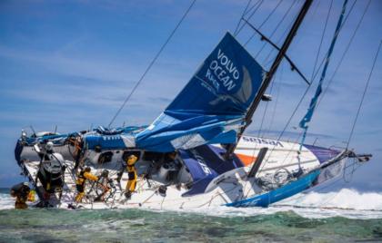 Яхта Volvo Open 65 села на риф в Индийском океане