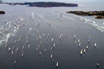 На старте яхты сопровождает огромный зрительский флот