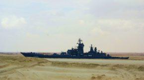 """Тяжелый атомный ракетный крейсер """"Петр Великий"""" ВМС России проходит через Суэцкий канал"""