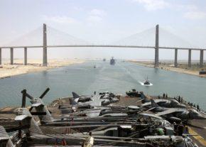 Вид на мост Мубарака с палубы американского корабля USS Kearsarge. На переднем плане вертолеты CH-53 и самолеты AV-8B