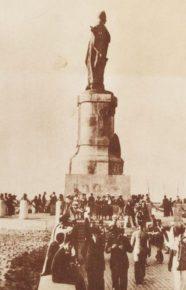 Монумент, установленный в честь Лессепса