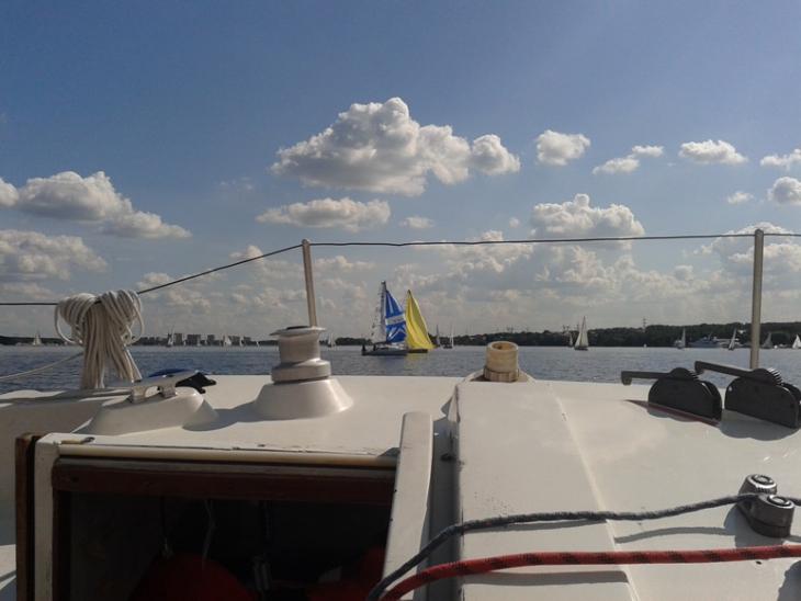 Красивые две лодочки со спинакером (сине-белый) и генакером (желтый)