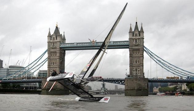 Катамаран выглядит так же эффектно, как и лондонский мост.