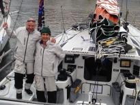 Два человека - стандартный экипаж для яхт этого класса.