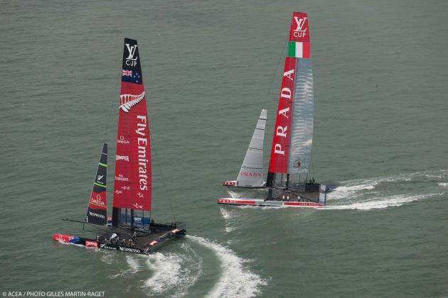 Катамараны АС 72 Emirates Team New Zealand и Luna Rossa гоняются в рамках Louis Vuitton Cup.