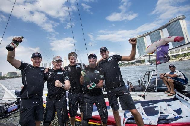 """Команда """"Red Bull"""" радуется победе в очередном этапе регаты."""
