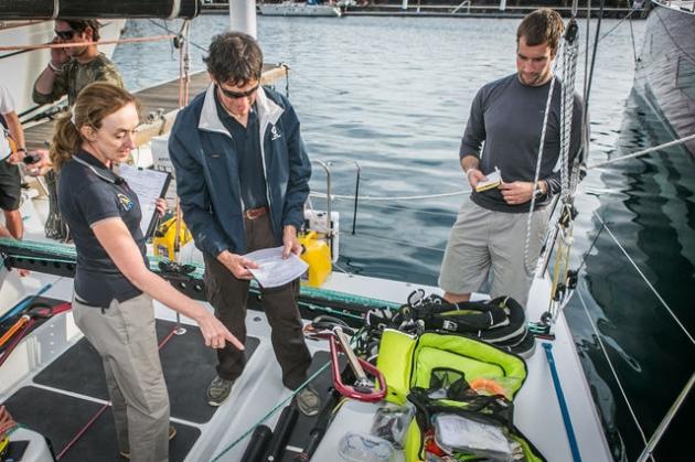 Перед стартом каждую яхту инспектируют - наличие спасательных средств обязательно!