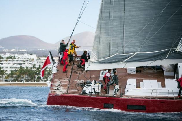 Если собираешься пересечь Атлантику на яхте, то умение держать равновесие в любой ситуации жизненно необходимо!