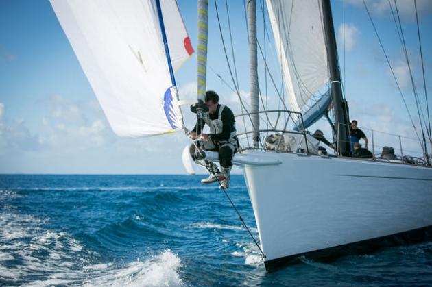 Сноровка яхтсмену жизненно необходима - удержаться на бушприте нелегко даже при минимальном волнении.