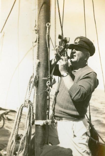 Первая регата Sydney to Hobart Race. Яхтсмен использует секстант чтобы проложить маршрут.