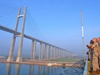 Американские морские пехотинцы наблюдают за мостом