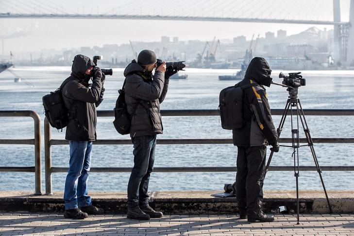 Фотографы на изготовке. Седов ошвартовался во Владивостоке, 28 января 2013