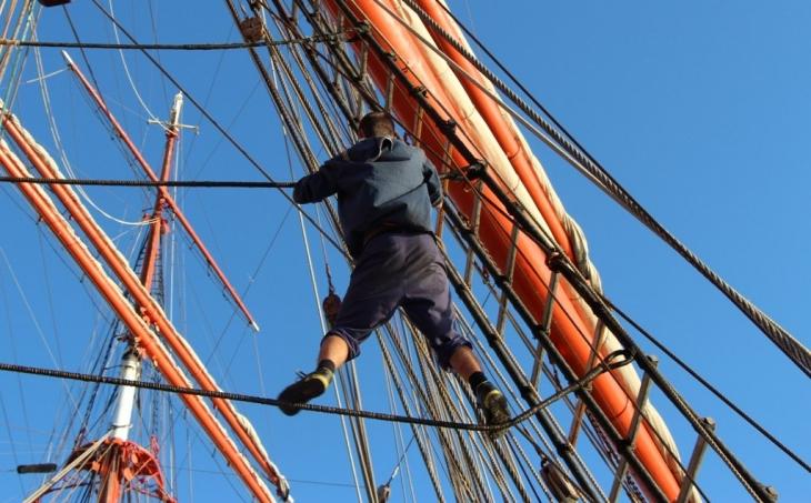 Такелажные работы на высоте 40 метров над палубой - привычное дело!
