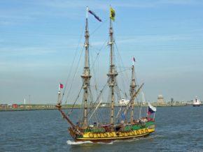 Благодаря двигателю корабль может идти не только под парусами