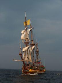 На воде фрегат выглядит гордо, как и подобает первенцу Балтийского флота