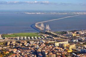 Мост Васко да Гама в Лиссабоне через реку Тижу, 17,2 км (построен в 1998 году к 500-летию первого плавания в Индию)