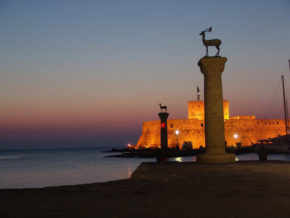 Восход Солнца над родосской крепостью. Парусная регата Rodos Cup
