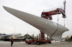 Корпус парусной яхты Lionheart. Даже даже в таком виде выглядит стремительно