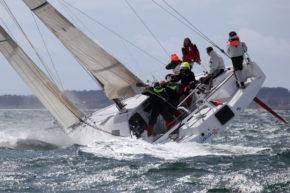 Для яхт Class 40 такой крен не представляет никакой опасности. Обратите внимание на обнаженный руль