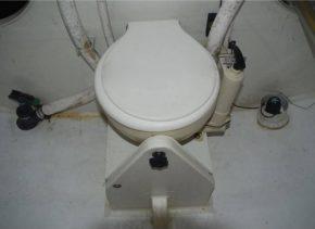 Так на яхте Class 40 выглядит туалет. Не слишком презентабельно, но на Open 60 нет и такого