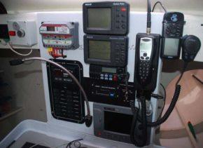 Каждый яхтсмен обязан разбираться в приборах и радиосвязи. Безопасность превыше всего! Яхта Class 40