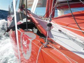 Класс яхт Open 60. Во время одиночной кругосветной гонки подобные повреждения могут привести к трагедии
