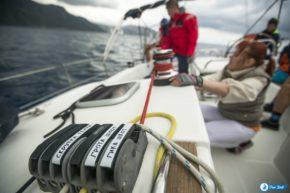 Греческая регата Эллада. В условиях гонки такие подсказки для неопытных яхтсменов на вес золота