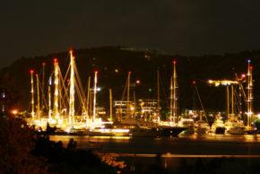 Яхты в гавани Антигуа ночью.
