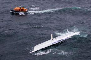 ...а запаса прочности хватает не всегда. Яхта Rambler 100 со сломанным килем во время Fastnet Race. К счастью, никто не пострадал.