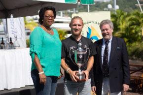 На вручении кубка регаты присутствуют представители правительства Гренады.